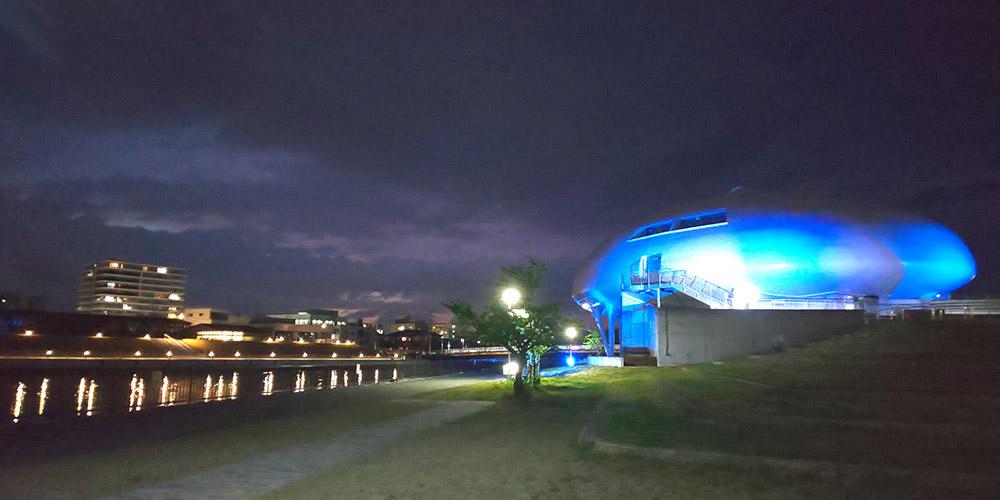 石ノ森萬画館でブルーライトアップを実施