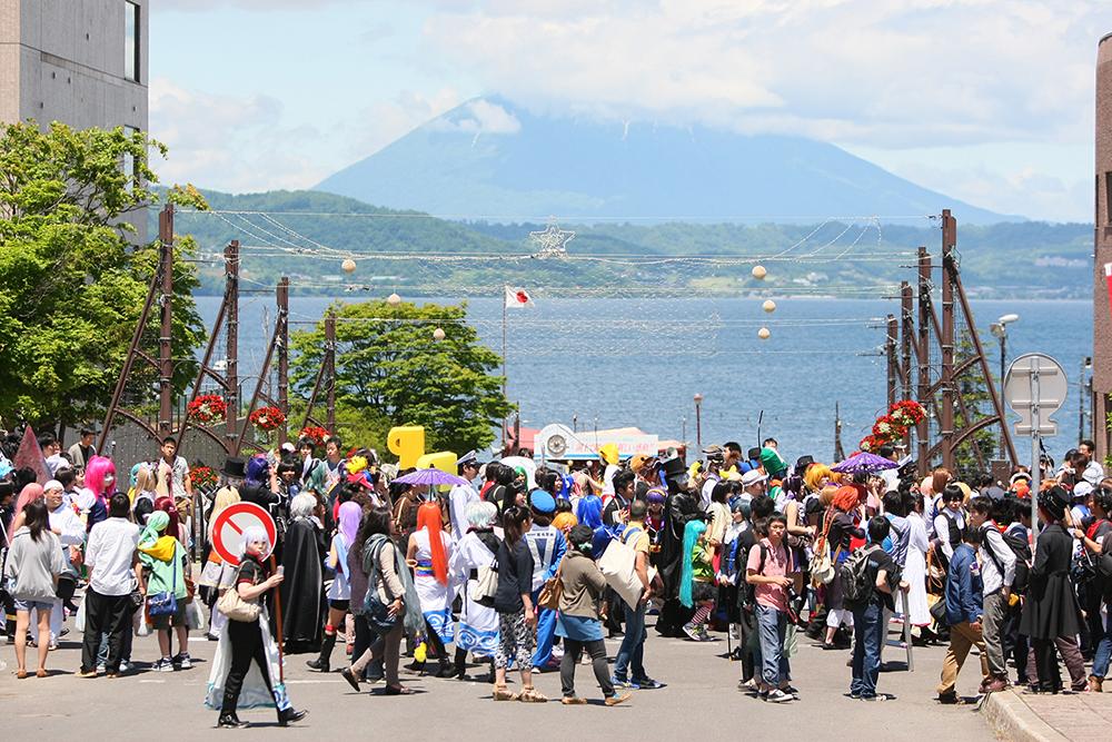 温泉街が丸ごとコスプレ会場に! 北海道・洞爺湖のアニメフェスに注目